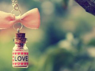 обои Бутылочка с каплями любви на цепочке с бантом фото