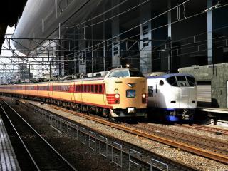 обои Два состава на железнодорожной станции фото