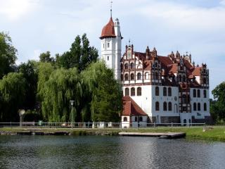 обои Большое здание у реки фото
