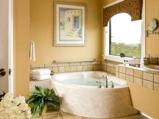 обои Ванная украшенная букетом роз фото