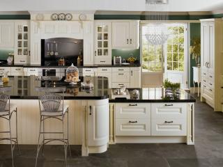 обои Интерьер светлой просторной кухни фото
