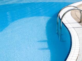 обои для рабочего стола: Лестница с перилами в бассейн