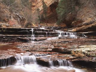 обои Необычный водопад на горной речке фото