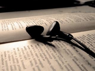 обои Наушники на словаре английского языка фото