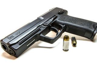обои Пистолет небольшой и две пули рядом фото
