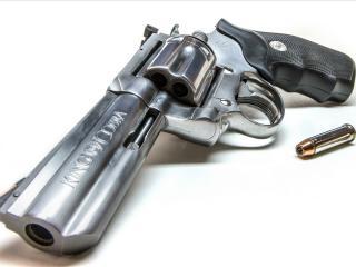 обои для рабочего стола: Револьвер с надписью большая кобра и две пули