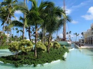 обои Рукотворный зеленый островок  в городе фото