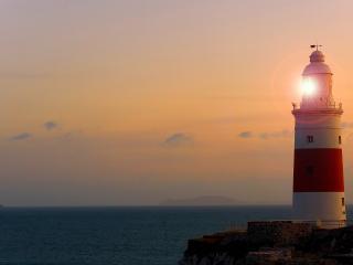 обои Светится маяк под вечер фото
