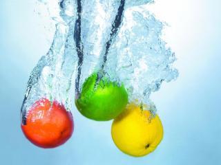 обои Светофорная гамма фруктов в брызгах воды фото