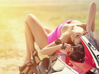 обои В розовой маечке на мотоцикле фото