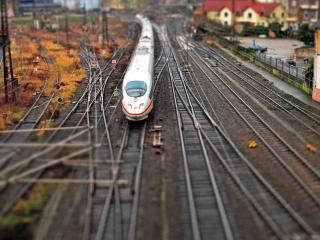 обои Скоростной состав на рельсах железной дороги фото
