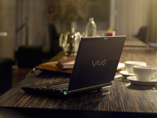 обои Сони VAIO стоит на столе фото