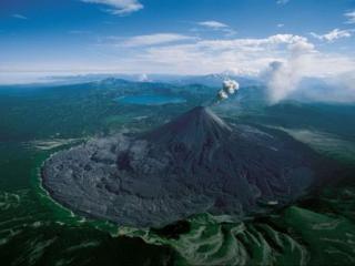 обои Дымящийся вулкан фото