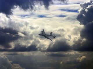 обои Самолёт и грозовые облака фото