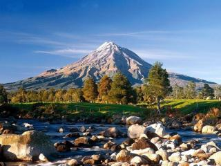 обои Вулкан,   лес и каменистая речка фото