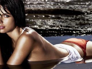 обои Девушка лежащая в воде фото