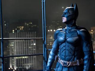 обои Бэтмэн смотрит на город фото