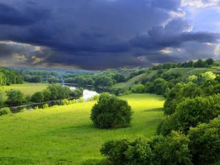 обои Синие тучи на фоне леса фото