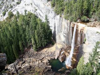 обои Водопад в скалистых горах фото