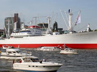 обои Вид судна и катеров рядом фото