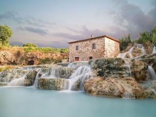 обои Постройка у водопада фото