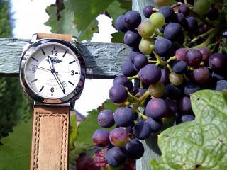 обои Часы наручные и гроно винограда фото