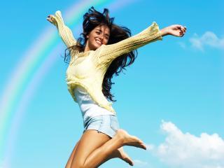 обои Красотка с длинными волосами парит от счастья на фоне радуги фото