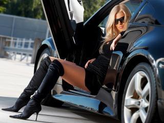 обои Шикарная блондинка в черных сапожках и в дорогом авто фото