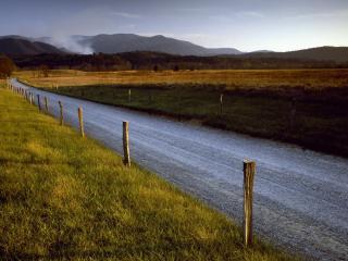 обои Дорога проселочная обгородена проволокой фото