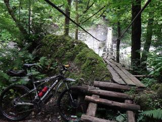 обои Горный велосипед у моста через реку фото
