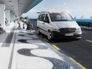 обои Дорога с автомобилем у морского вокзала фото