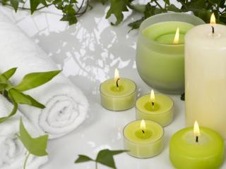 обои Свечи и белые полотенца среди растений фото
