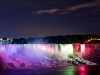 обои Разноцветный водопад на окраине города фото