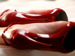 обои Женские красные туфли на ногах фото