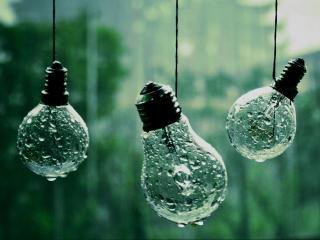 обои Висят лампочки под дождем фото