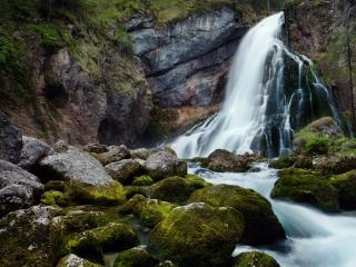 обои Водопад со скалистых гор фото