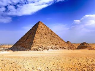 обои Голубое небо над египетскими пирамидами фото