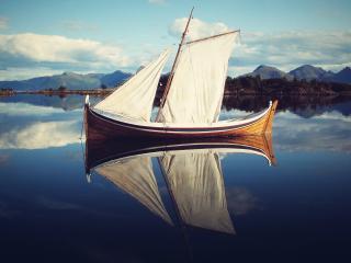 обои На спокойной воде лодка с белым парусом фото