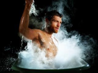 обои Мужчина в парящей ванне фото