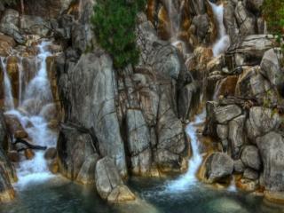 обои Бегут ручьи по скале фото