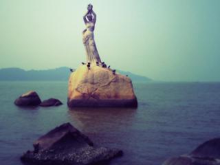обои Статуя на камне в море фото