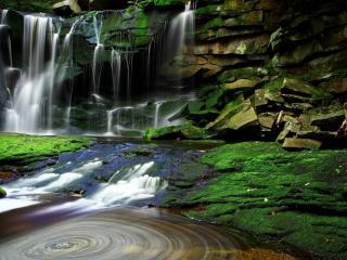 обои Струйки водопадной воды с каменистых скал фото