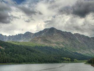 обои Дождливое небо над рекою в горах фото