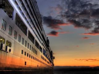 обои На закате дня лайнер у берега фото