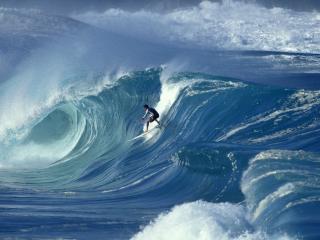 обои Серфингист дожидаясь волны фото