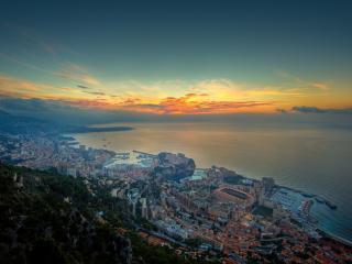 обои Со скалы вид города у моря фото