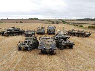 обои Танки и боевые машины на скошенном поле фото