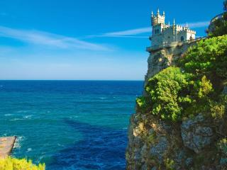 обои для рабочего стола: У моря ласточкино гнездо на скале
