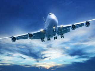 обои В голубое небо взлетает самолет Boeing-747
