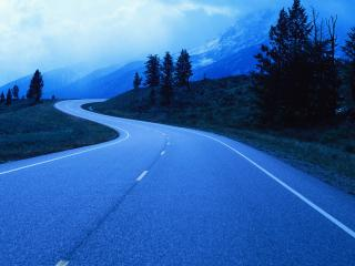 обои Голубая дорога извилистая между гор фото